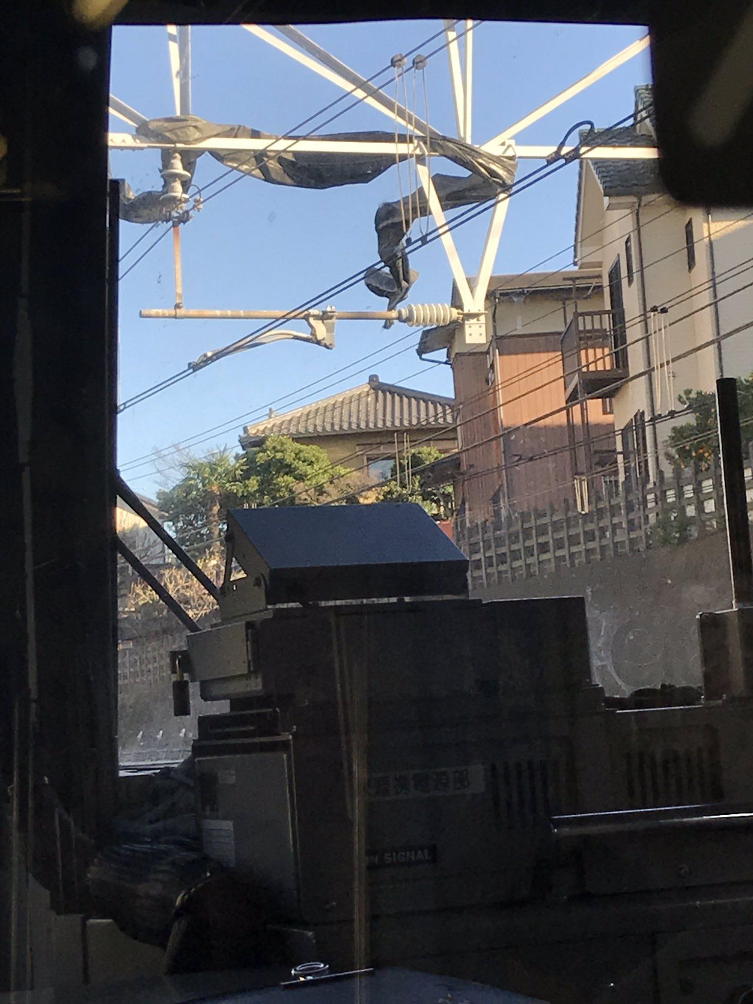 総武線の東船橋駅付近で架線にビニールが絡まっている画像
