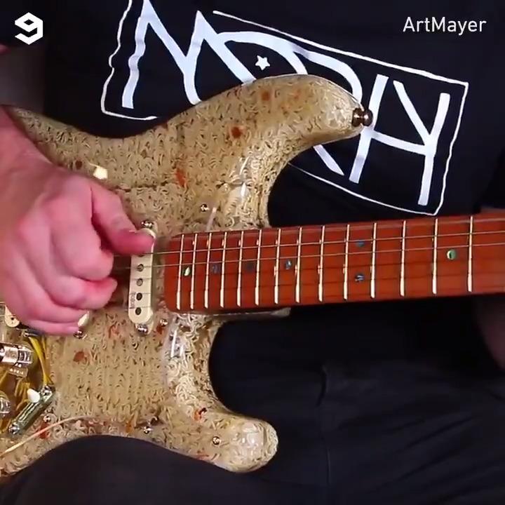 本物のラーメンで作るギター