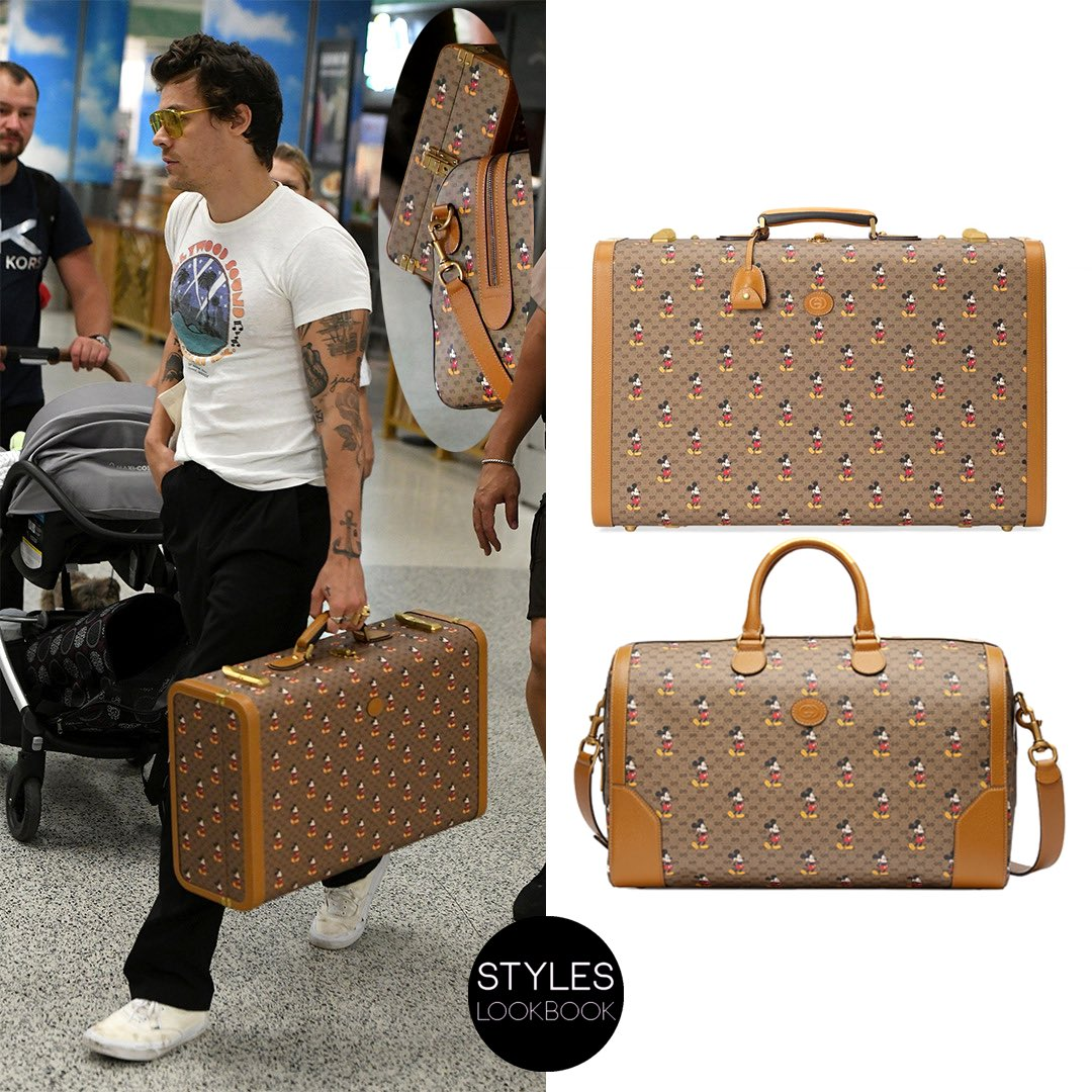 At the airport in Miami, Harry was pictured carrying a #Gucci GG suitcase with Mickey Mouse print and light brown leather trim ($6,300). His security carried a duffle bag ($2,590) and a smaller suitcase from the same collaboration for him (see insert). https://styleslookbook.com/post/190165774827/at-the-airport-in-miami-harry-was-pictured …pic.twitter.com/3cB8YfOhKB