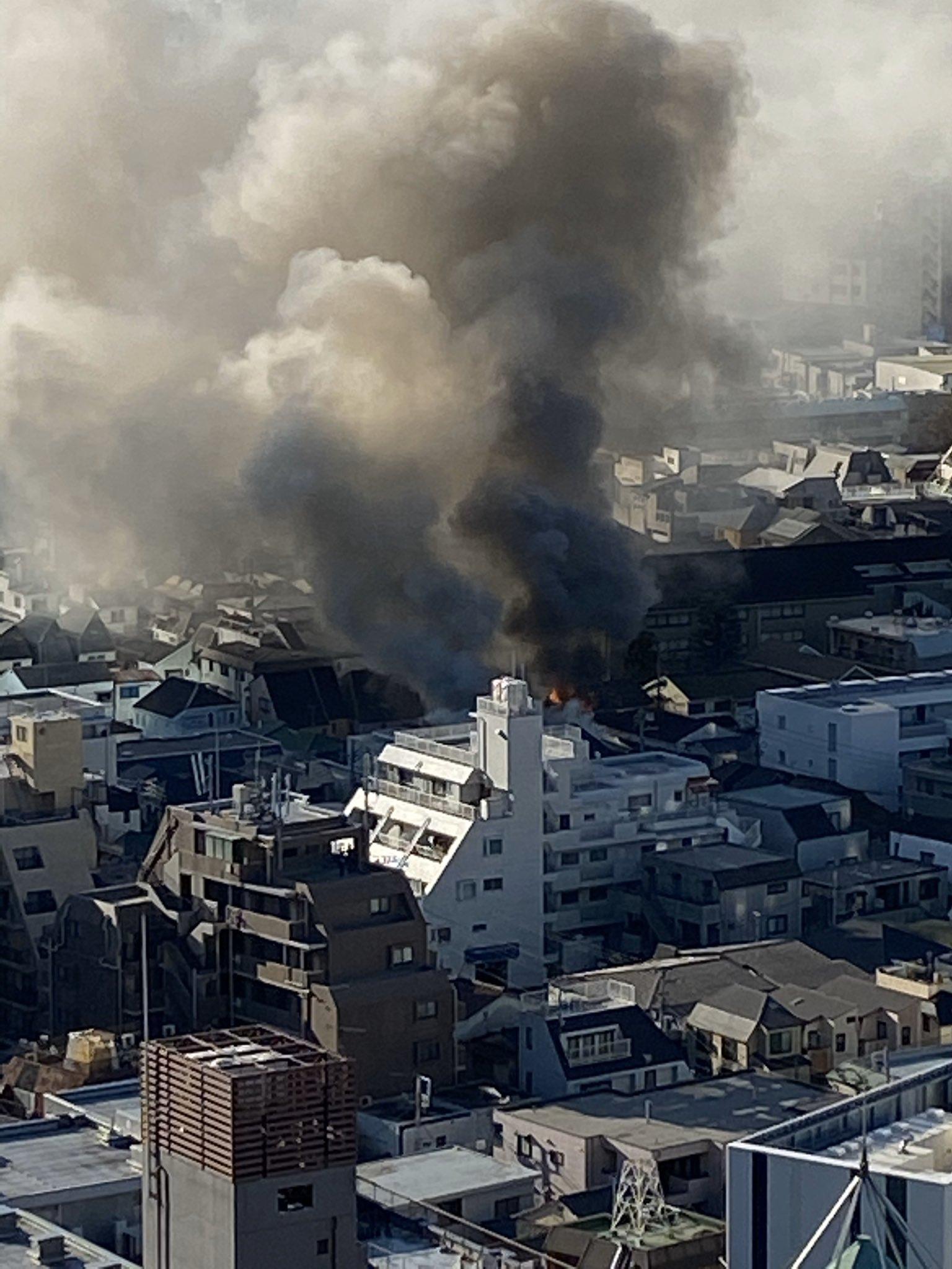 新宿の大規模火災で大量の黒煙が立ち上っている画像