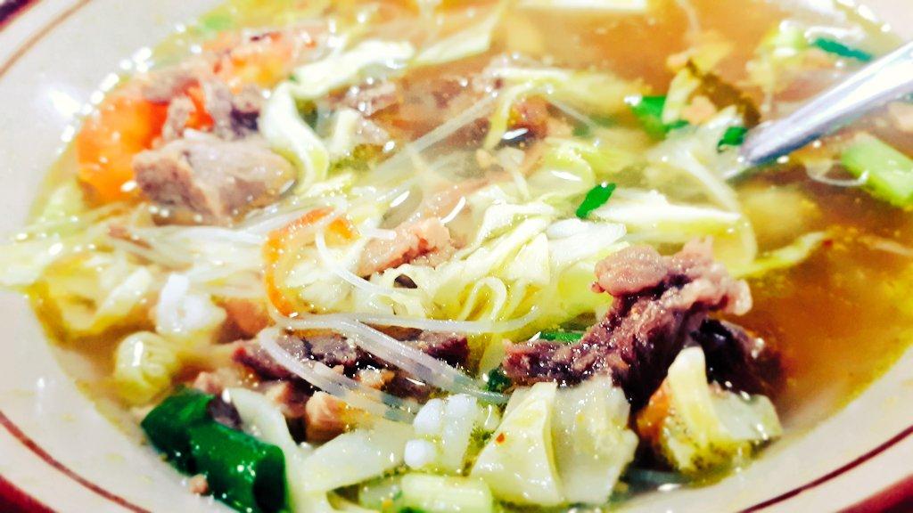 Soto Sapi untuk Makan Siang (ランチは牛肉スープ)  感激は、ご飯が「Sangat Nasi Putih (とっても白いご飯)」 通常、会社の食堂のご飯は「Nasi Abu-abu (灰色ご飯)」🤣  #nasi #soto #sapi #beef #ランチ #スープ #牛肉スープ #牛肉