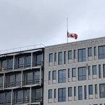 Image for the Tweet beginning: Notre drapeau flotte en berne