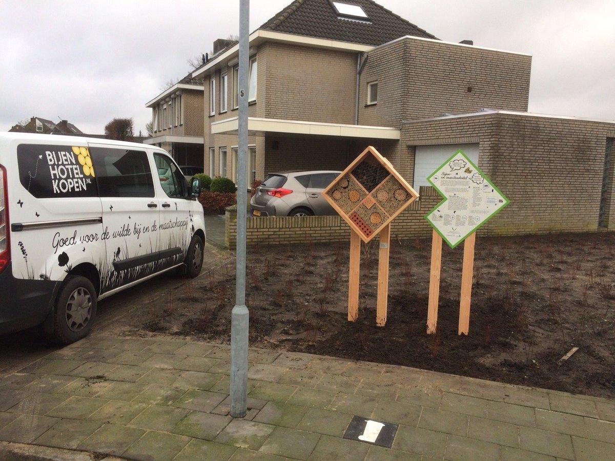 @_Valkenswaard is #bijvriendelijke gemeente namens #NederlandZoemt. Combi mogen plaatsen. #bijenhotel als nest- en schuilgelegenheid voor wilde bijen en bestuivende insecten. En een educatief bord met info over het belang van de wilde bijen voor de wijk #goedbegin #stadsnatuurpic.twitter.com/Gy7zQO7AjF
