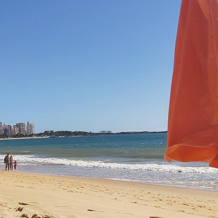 O paraíso é aqui. Nenhuma nuvem, céu azul e água deliciosamente gelada! #praiadacosta pic.twitter.com/5jpi9ZWeZm