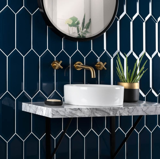 These Picket Bevelled Navy Tiles have an elongated hexagonal design, with bevelled edges that add a definitive look. #interiodesign #bathroomdesign #hexagontiles #bevelled #navybluepic.twitter.com/hDi5jHMUkg
