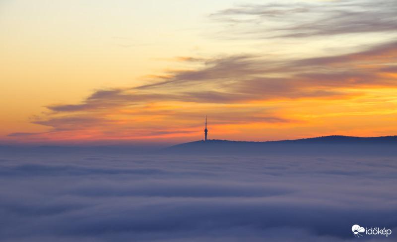 Hidegpárna takarhatja be az országot: szombaton még csak keleten, vasárnaptól már sokfelé tartósan borongós, nyirkos időre van kilátás. ☁️🌫 Részletek 👉  Fotó: Jakab Róbert (Pécs)