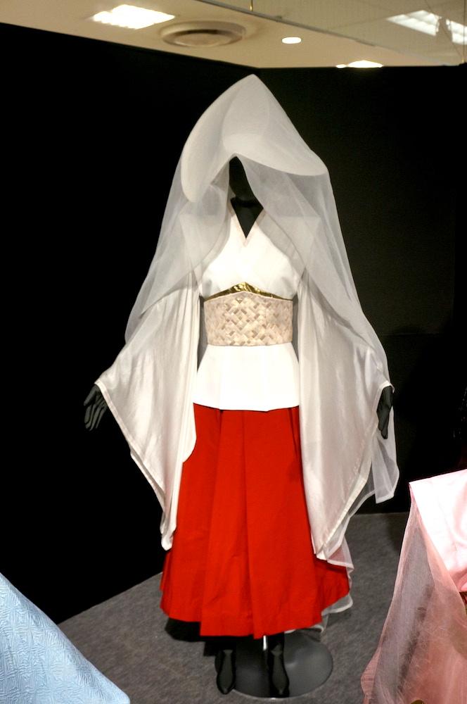 そして自分が最大に引っかかったこちらの「葬儀白衣装」😆💕解説に「西音内(西馬音内の間違い🤔❔)の盆踊り」からイメージを得て顔を隠す仕様にしたと!検索したらこのような盆踊りだそうで、確かに踊り手の顔が見えないことでかえって所作や群像のユニゾンが際立つ