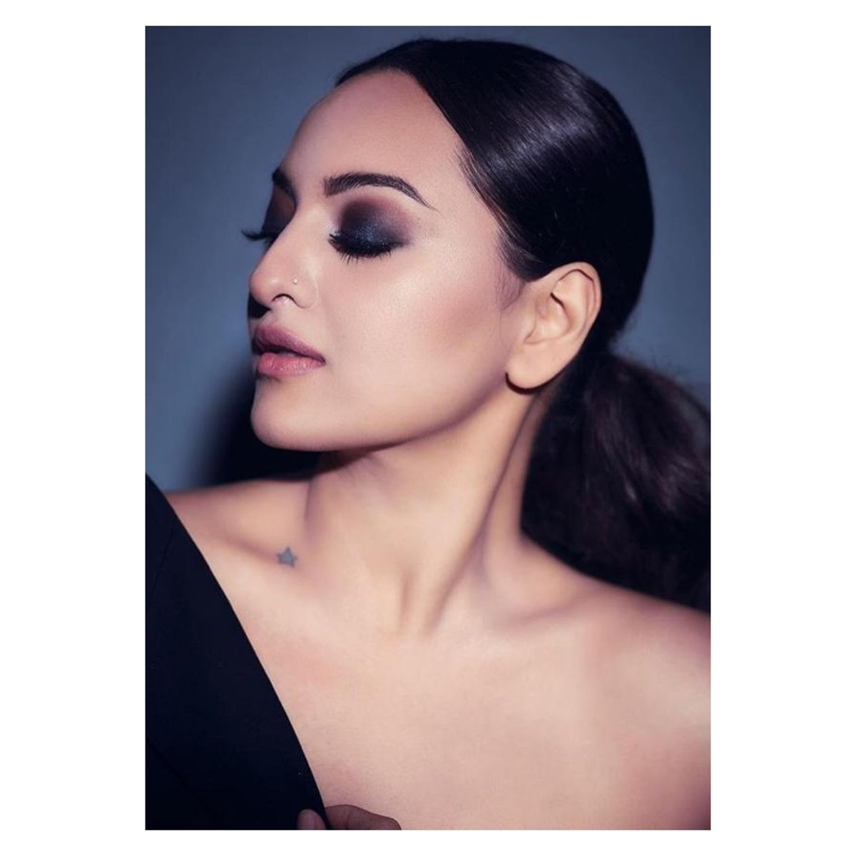 Oh! Oh! Oh! Those smoky eyes are electric🔥🔥 #savleenmanchanda And the capacious mascara and those impeccably authored brows, giving the whole look a winsome charm literally took our hearts out💕 @sonakshisinha @strut247x  #eyebrows #hudabeautyeyeshadow #glittermakeup #strut24x7