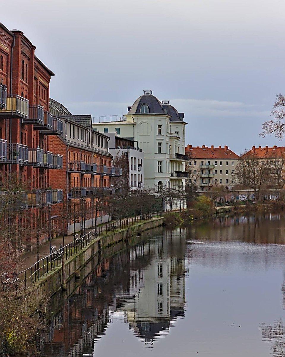 Spieglein, Spieglein... #brandenburg #brb #brandenburganderhavel #StadtKanal #sanktannenpromenade #villa #spiegelung #spiegelungimwasser pic.twitter.com/NJZb4r5mIS