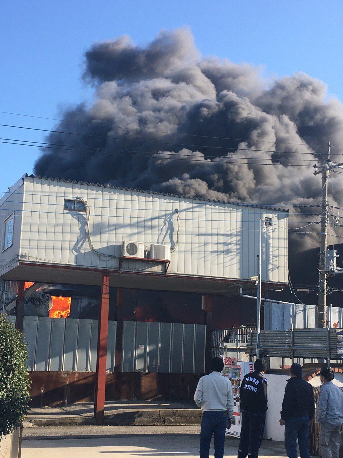 三郷市小谷堀で大規模な火事が起きている現場画像