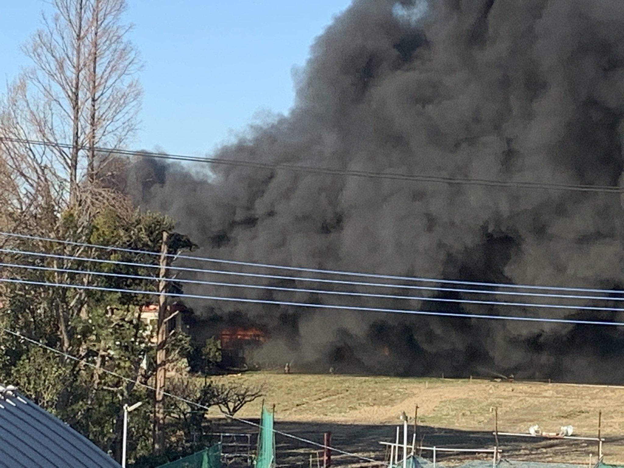 埼玉県三郷市の火事で煙が充満している画像