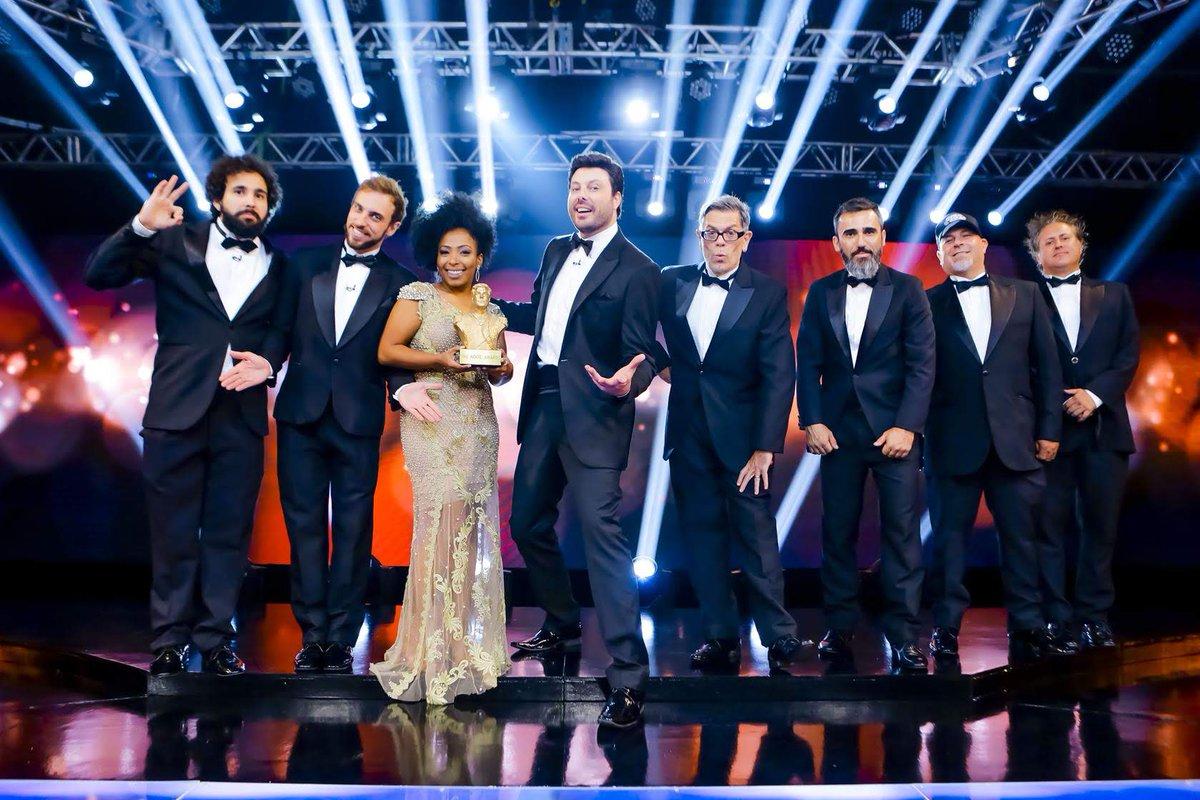 """Hoje, você não pode perder a reexibição do """"The Noite Awards 2019"""". A premiação marcou a abertura da temporada deste ano e também comemorou o aniversário de 5 anos do @SBTTheNoite com @DaniloGentili 😉🏆 Não perca! #thenoitecomdanilogentili"""