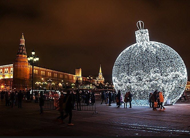 должен передать новогодний шарик у кремля фото ботинки толстой подошве