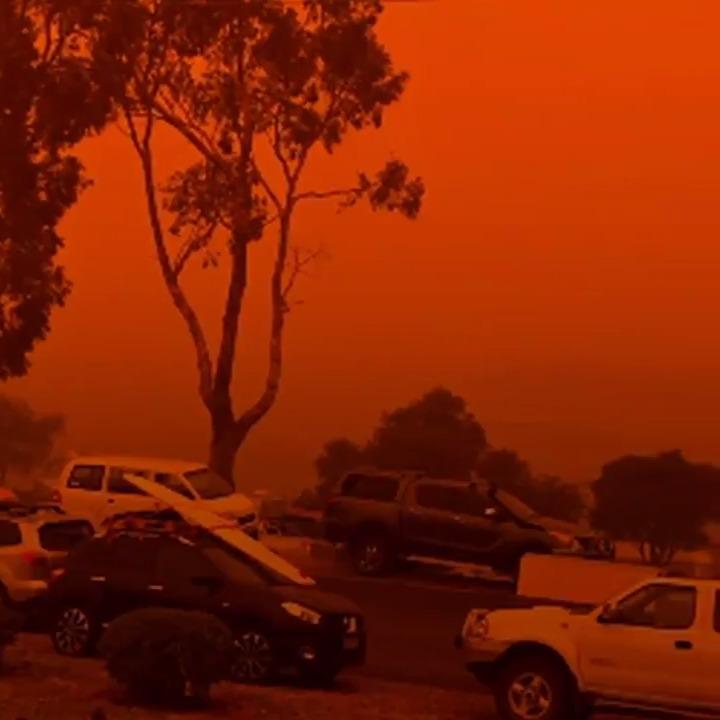 Images d'apocalypse en Australie... Dans lEst du pays, les habitants de Mallacoota ont été contraints de se réfugier sur des bateaux pour échapper aux flammes.