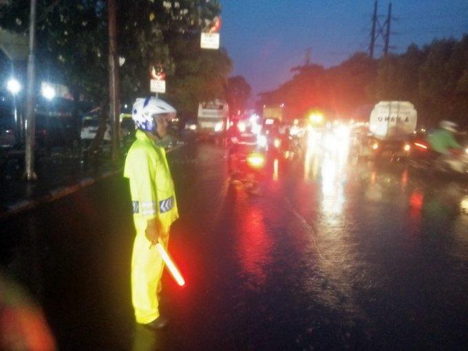 Banjir 30-40 cm di Jl.Daan Mogot Tl.Cengkareng Jakbar lalin arah Kalideres dialihkan melalui Ring Road Purikembangan.
