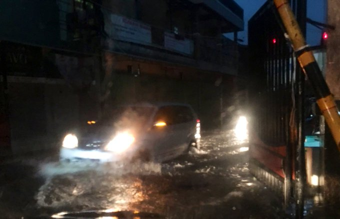 Banjir 20 cm di Jl. Kampung Melayu Besar Jaktim, agar hati2 bila sdg melintas.