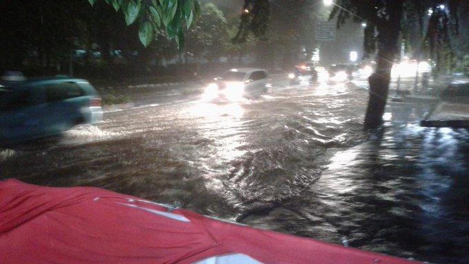 Banjir 30 cm di depan TMII Squares hingga Rs  Ridwan, masih bisa dilintasi kendaraan.
