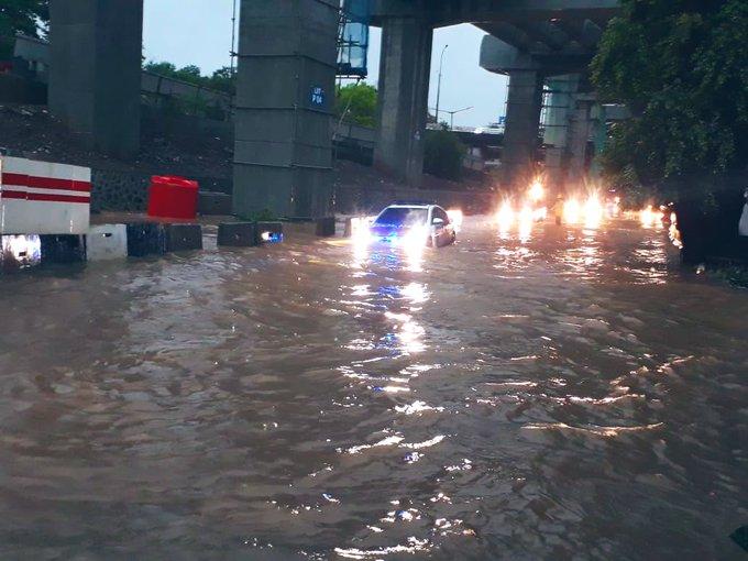Banjir 40 cm di samping Pos Halim Baru Jl. DI Panjaitan Jakarta Timur, agar hati-hati bila sedang melintas.