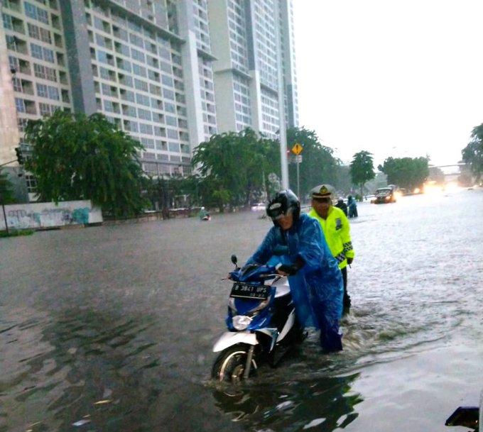 Banjir 30-50 cm di TL. Perintis Kemerdekaan Kelapa Gading Jakut dan banyak sepeda motor mogok.