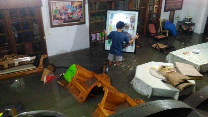 Banjir di Jl. Kayu Mas Utara Jakarta Timur dan sudah memasuki rumah.