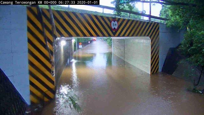 Banjir 60-80 cm di Underpass Tol Cawang Jaktim, sementara tidak bisa dilntasi semua jenis ranmor.