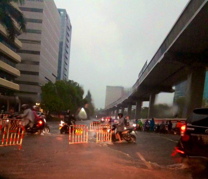 Banjir 20-40 cm di depan Gedung KPKJl. Rasuna Said Jakarta Selatan, agar hati-hati bila sedang melintas.