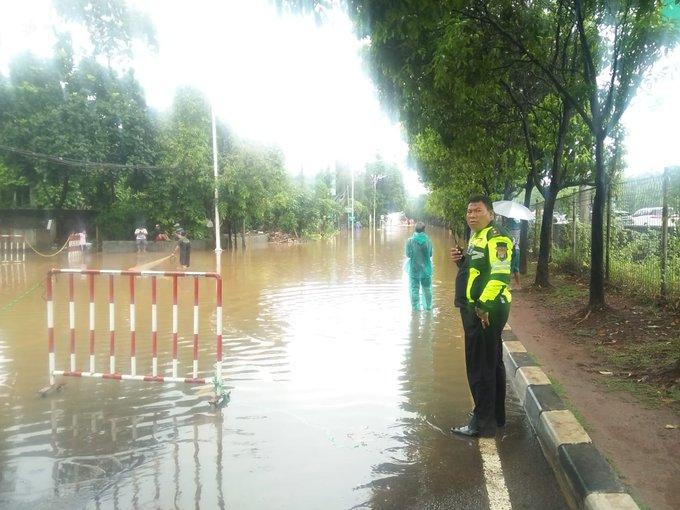 Pada pukul 11.37 tampak banjir di Jl TB. Simatupang sebelum Traffi light Pertanian Jaksel.Arus lalu lintas dari arah Kolong Jagakarsa dialihkan melalui Tol JORR.