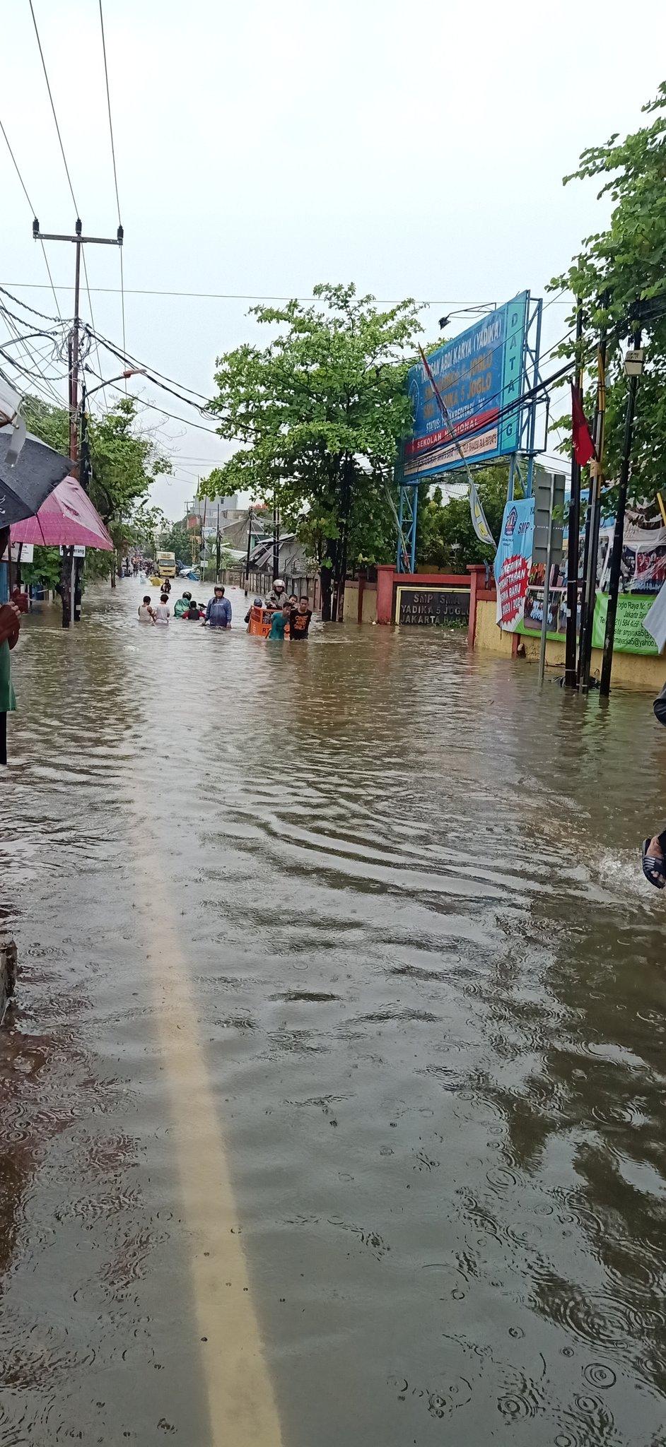 Hujan Sejak Selasa Sore Bikin Jakarta Digenangi Air Berikut