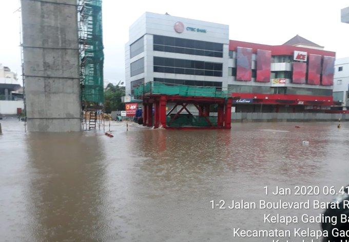 Banjir 40-50 cm di Jl. Boulevard Barat Kelapa Gading Jakarta Utara, sementara lalin dialihkan.