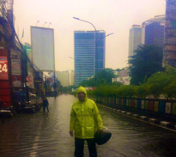 Banjir 40-50 cm di depan Gancit Jl. Sultan Iskandar Muda Jakarta Selatan, agar hati2 bila sedang melintas.