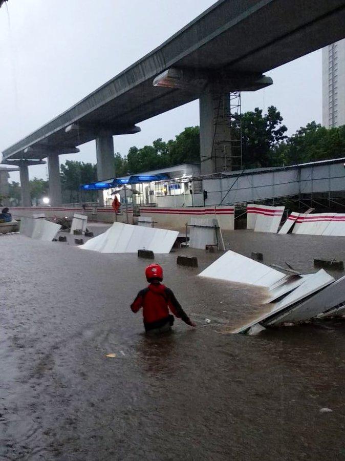 Pukul 08.19 tampak banjir 40-60 cm di Jl. Rasuna Said Jakarta Selatan, sementara tidak bisa dilintasi kendaraan.