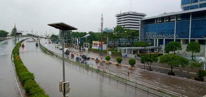 Pada pukul 08.50 tampak banjir 50-80 cm di depan Kampus Trisakti/Kampus Untar Jl. S. Parman Jakbar, sementara tidak bisa dilintasi semua jenis kendaraan.