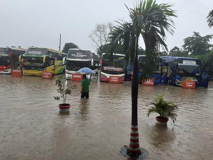 Pada pukul 09.00 tampak banjir sekitar 35 Cm di area dalam Terminal Kampung Rambutan .