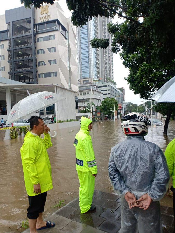 Pada pukul 09.07 tampak banjir di sekitar Taman Kemang Jaksel.