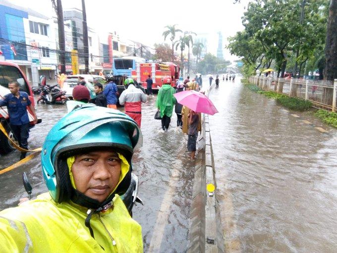 Pada pukul 09.25 tampak banjir sekitar 50 Cm di TL Green Garden arah  Jl Panjang , sementara tidak bisa dilintasi kendaraan.