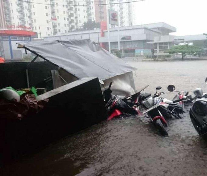 Pada pukul 09.25 tampak banjir di Jl Ciledug Raya dpn Univ. Budi Luhur.