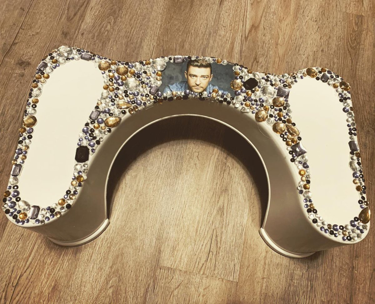 So my friend @janae_mccarty is a HUGE @jtimberlake fan and just received this bedazzled @squattypotty for Christmas. I cant ☠️☠️☠️🤣🤣🤣