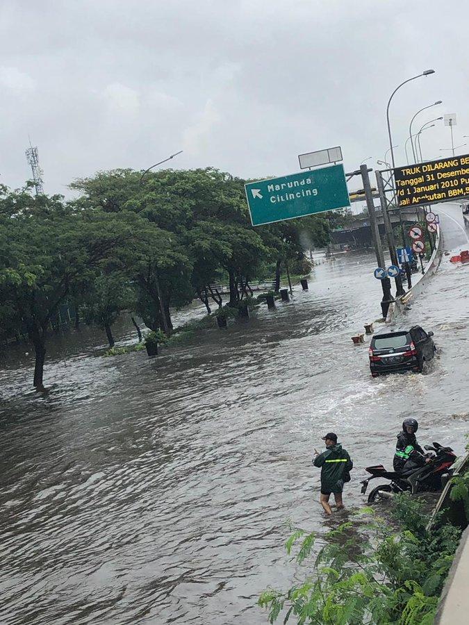 Pada pukul 10.39 tampak banjir 50cm di Jl Cakung Cilincing dari TL JGC sampai KBN, saat ini tidak dpt dilintasi kendaraan.