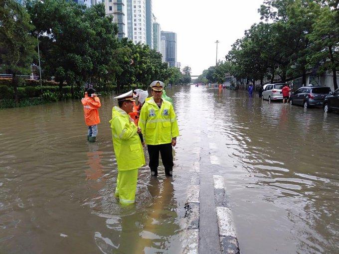 Pada pukul 10.52 tampak Wadir Lantas Polda Metro Jaya AKBP Hari Purnomo, Sik, SH pengecekkan dan pemantauan arus Lalu lintas imbas #Banjir di depan WIKA Halim Jaktim.