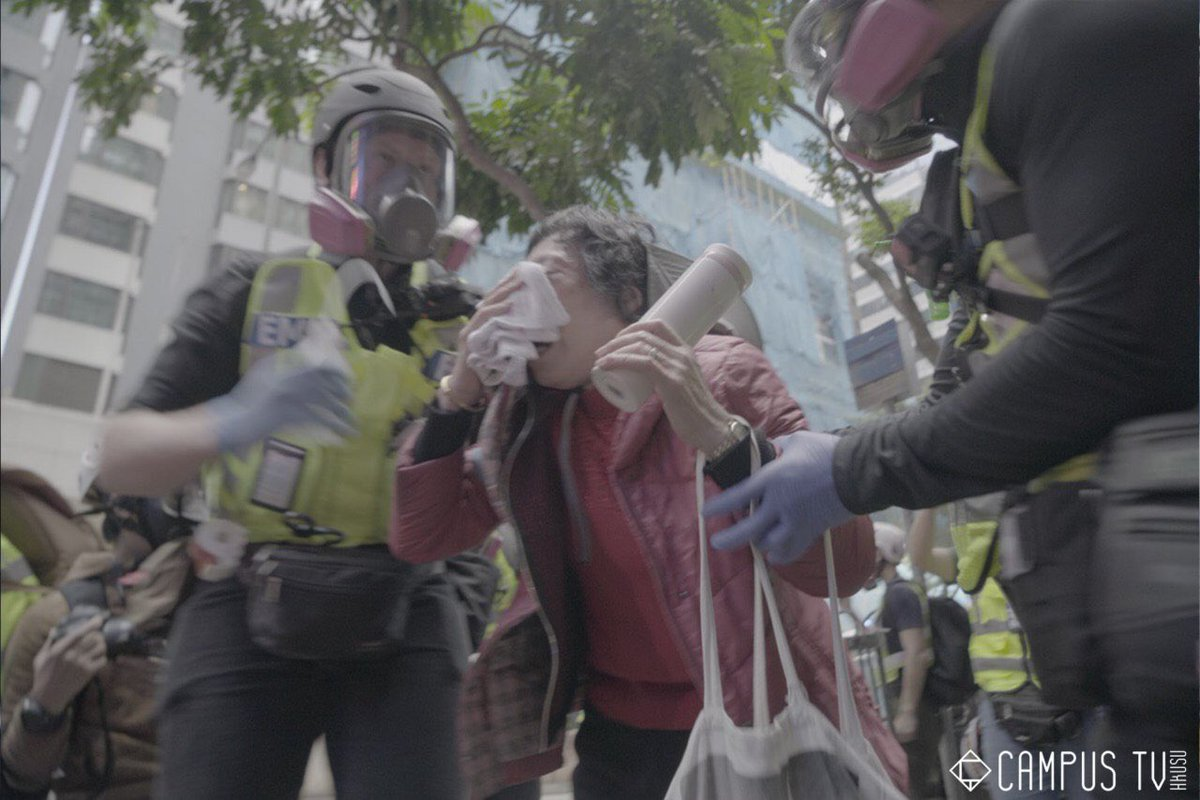 An elderly protester suffered from the tear gas suddenly fired by the Hong Kong police in Wanchai at ard 17:30 on 1/1/2020. #PoliceTerrorism #HongKongProtests   Photo: Campus TV, HKUSU https://t.co/l5vb7x52Hx