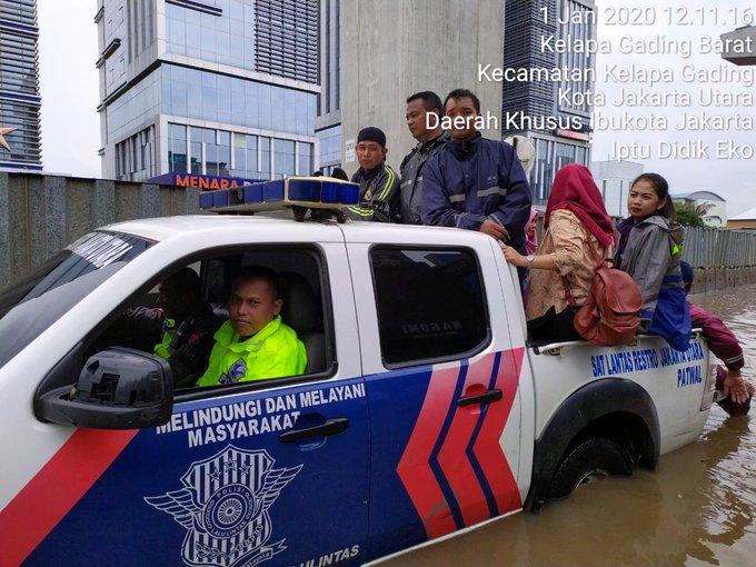 Pada pukul 12.27 tampak aparat Polri membantu Warga melintasi lokasi #banjir di Jl. Boulevard Barat Kelapa Gading Jakut.