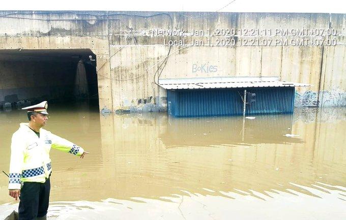 Pada pukul 12.46 tampak banjir 50-150 cm di Kolong Tol JORR Meruya Jl. Meruya Selatan Kembangan Jakarta Barat, sementara tidak bisa dilintasi semua jenis ranmor.