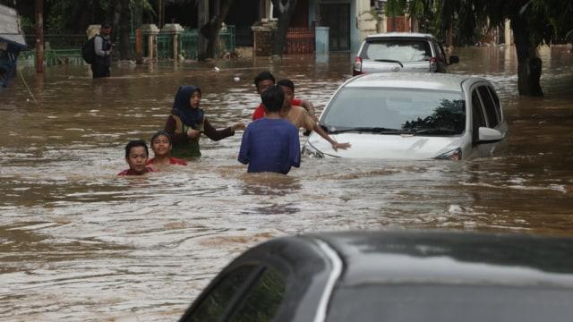 Image, Mobil Terendam Banjir Saat Traveling