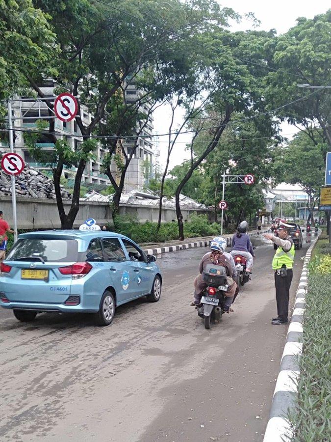 Pada pukul 17.00 tampak situasi terkini untuk genangan air di Jl Letjen Suprapto dari arah Cempaka Putih menuju Simpang Lima Senen sudah surut, arus lalu lintas kembali normal.