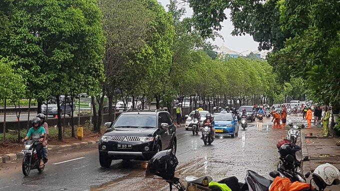 Pada pukul 15.25 tampak kondisi terkini di  Jl TB. Simatupang sebelum Traffic light Pertanian Jaksel sudah dpt dilintasi kendaraan.Arus lalu lintas dari arah Kolong Jagakarsa tersendat.