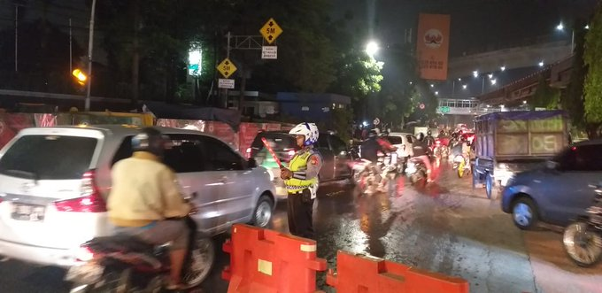 Pada pukul 20.50 tampak imbas banjir di dpn Komplek Menhan Jl. Di Panjaitan arah UKI, lalin dari Kalimalang & Kebon Nanas arah UKI dialihkan ke arah Otista