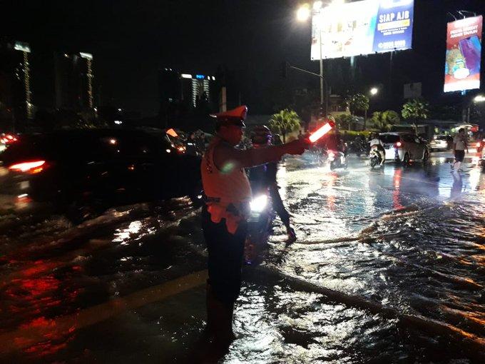 Pada pukul 21.11 tampak imbas banjir sekitar 40 Cm disekitar Ringroad Kembangan Jakbar diberlakukan Contra Flow dari Ringroad arah Cengkareng