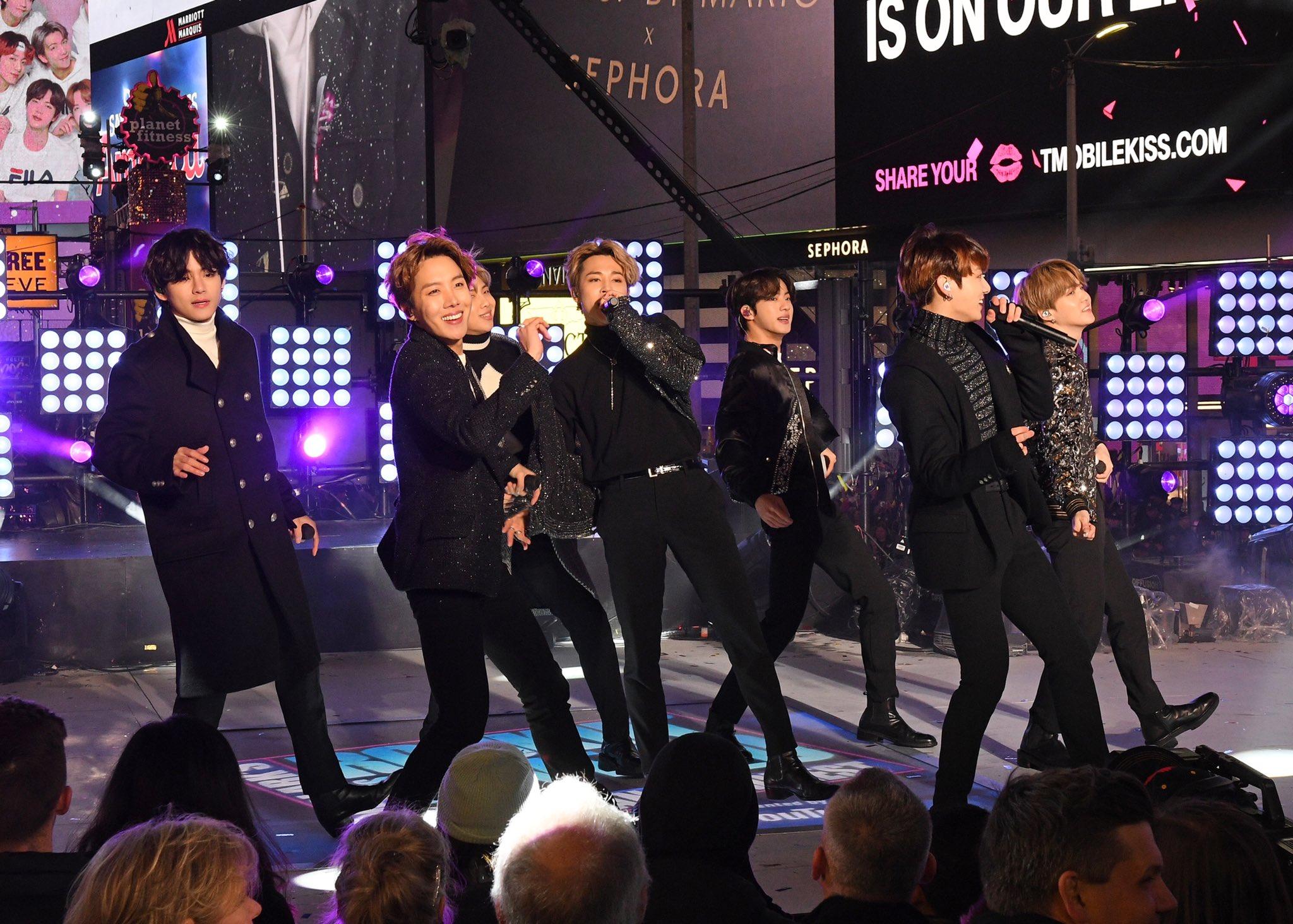 BTS Meriahkan New Year's Rockin' Eve 2020 di Times Square New York