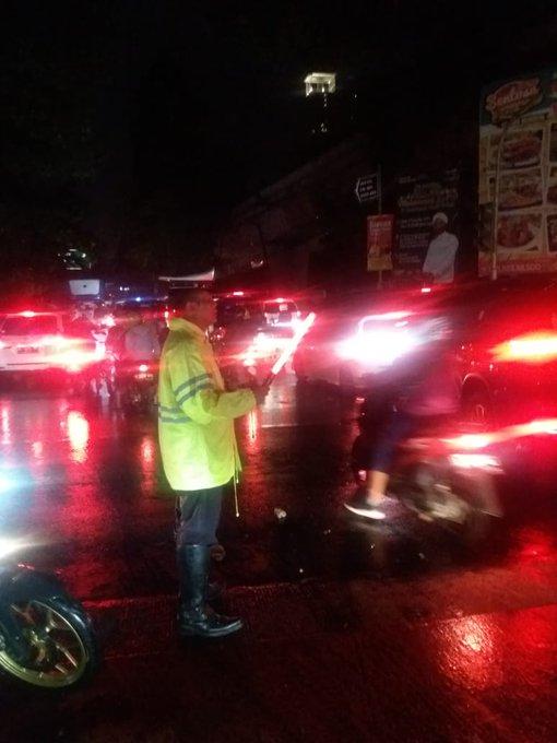 Pada pukul 22.04 tampak imbas banjir di dpn Samsat Jakbar lalin Jl. Daan Mogot arah Grogol & sebaliknya belum bisa dilalui, pengendara agar mencari alternatif jalan lainnya