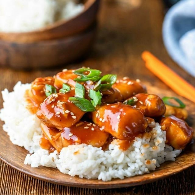 Easy and healthier! Takeout copycat orange chicken can be made in less than 20 minutes (no frying necessary)! AD #orangechicken #takeoutfakeout #ihearteating #easydinner #healthy #healthyfood #whatsfordinner #dinner #food #recipe #chinesefood #copycatrec…